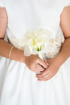 Capture Verticale D'une Mariée Tenant Un Beau Bouquet De Mariée Avec Des Fleurs Blanches Photo gratuit