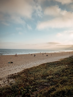 Capture verticale d'une plage de sable à rio, au brésil, par temps nuageux