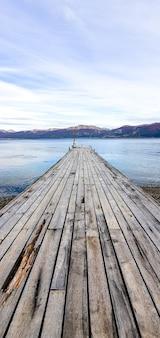 Capture verticale d'un vieux quai en bois dans la mer