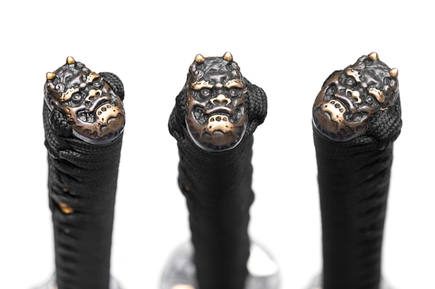 Capuchon bout à bout (ou pommeau) en cuivre au bout du manche en corde de soie noire