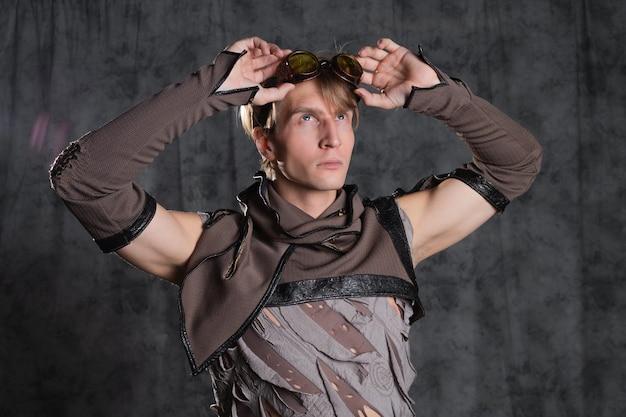Caractère de style steampunk ou postapocalyptique un jeune homme en costume grunge