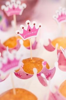 Caractéristiques de la fête des enfants, cupcakes, gâteaux, casquettes, fête de famille