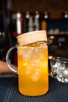Carafe à jus d'orange et glaçons.