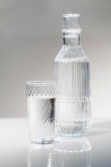 Une carafe et un verre d'eau potable.
