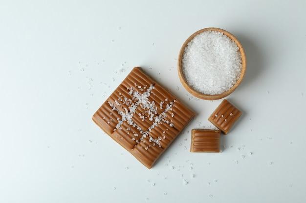 Caramel et bol de sel sur fond blanc