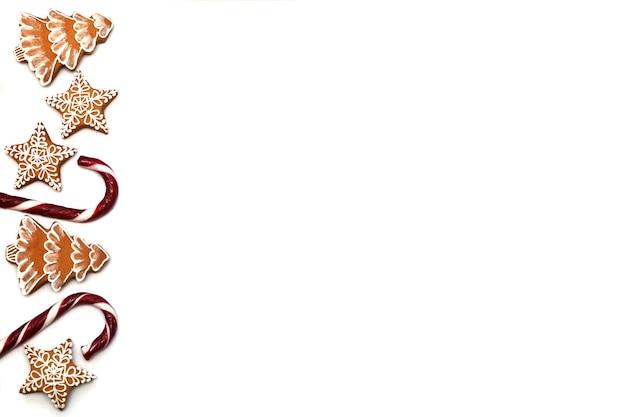 Caramel de noël et pain d'épice en forme d'arbre de noël et d'étoiles sur fond blanc