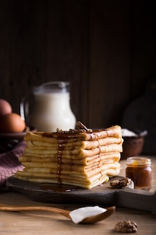 Caramel salé, verser sur les crêpes françaises vue rapprochée