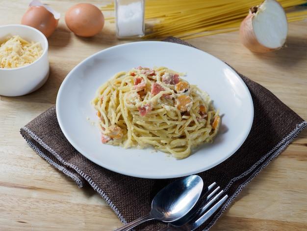 Carbonara spaghetti au jambon et mini cocktail