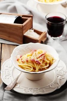Carbonara spaghetti au vin rouge