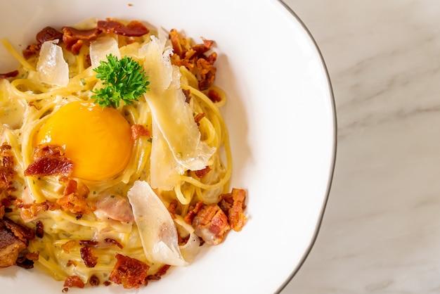 Carbonara spaghetti à l'œuf et au fromage