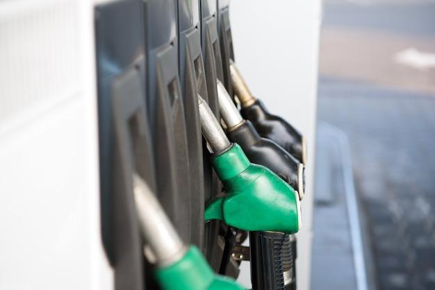 Carburant coloré vert et jaune, station-service. station d'essence en fonctionnement.