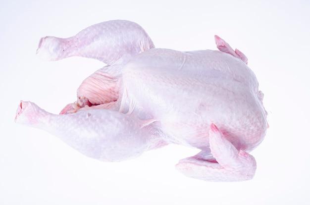 Carcasse de poulet cru avec peau isolée sur blanc.