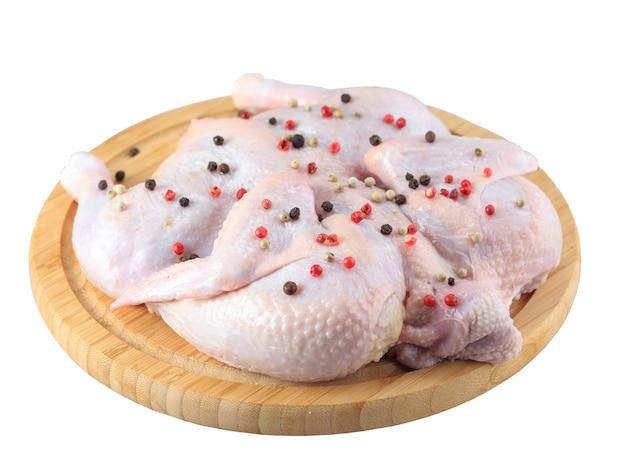Carcasse de poulet cru sur la planche à découper isolé sur fond blanc