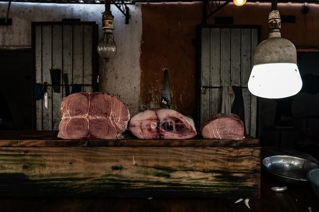 Carcasse de thon rouge tranché sur la table
