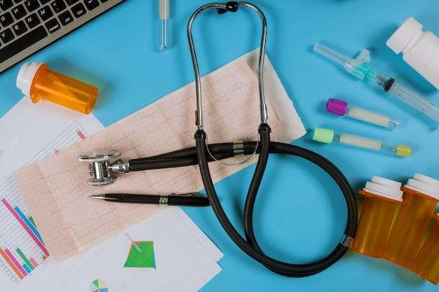Cardiogramme sur statistiques de santé avec stéthoscope médical