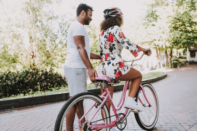 Care latin guy enseigne sa petite amie à faire du vélo.