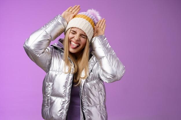 Carefree drôle amusé fille de race blanche aux cheveux blonds s'amusant à jouer autour de l'imitation de lapin fermer les yeux
