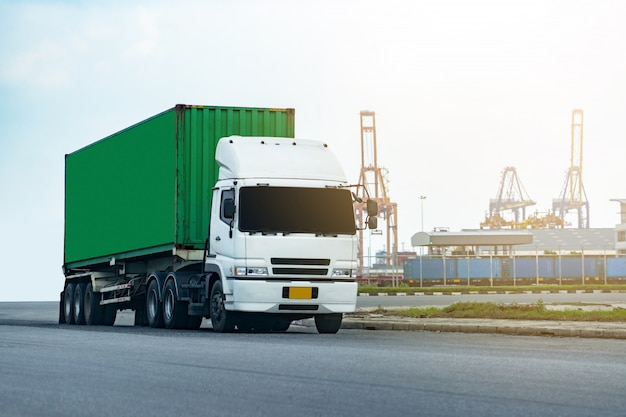 Cargo green container truck dans le port de la logistique
