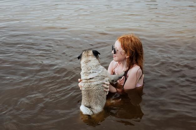 Carlin personnes âgées se baignant dans la rivière avec une petite fille