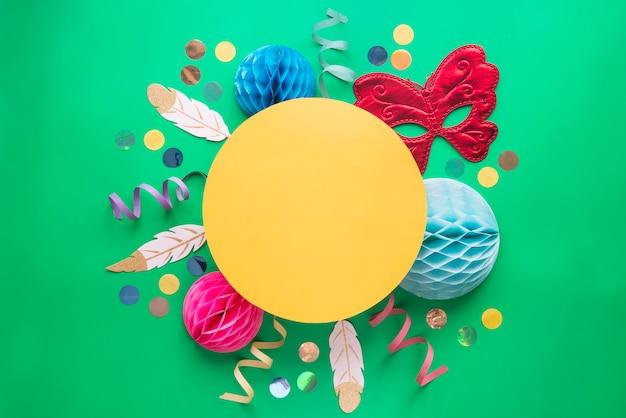 Carnaval du brésil avec confettis et masque