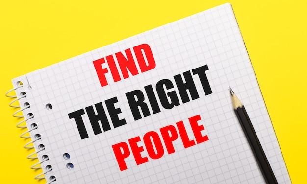 Carnet blanc avec inscription trouver la bonne personne écrite au crayon noir sur fond jaune vif.