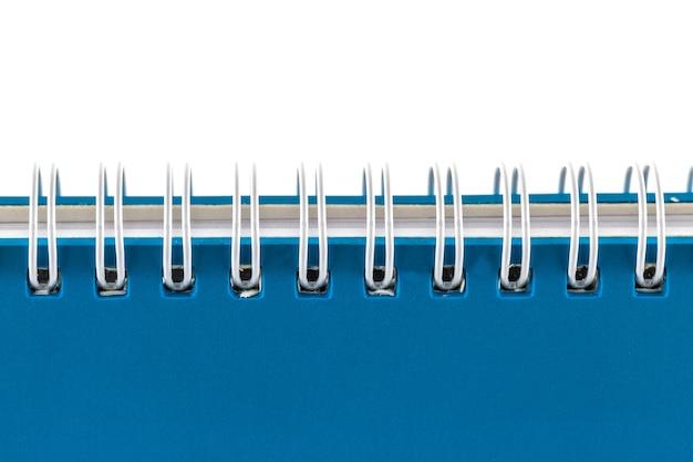 Carnet bleu isolé sur fond blanc