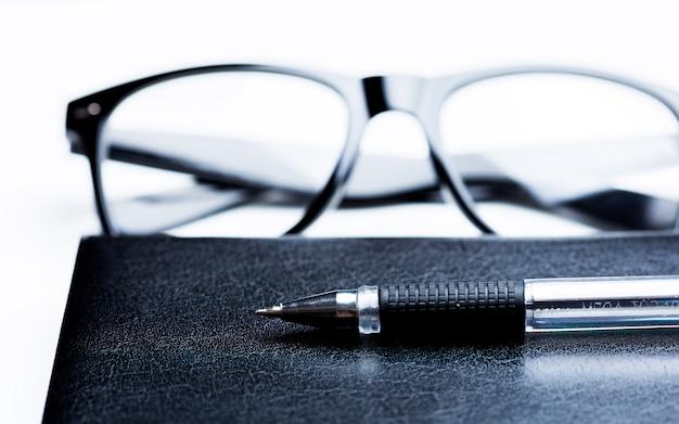 Carnet, crayon et lunettes