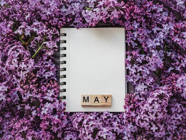 Carnet de croquis, page blanche et fleurs lilas lumineuses