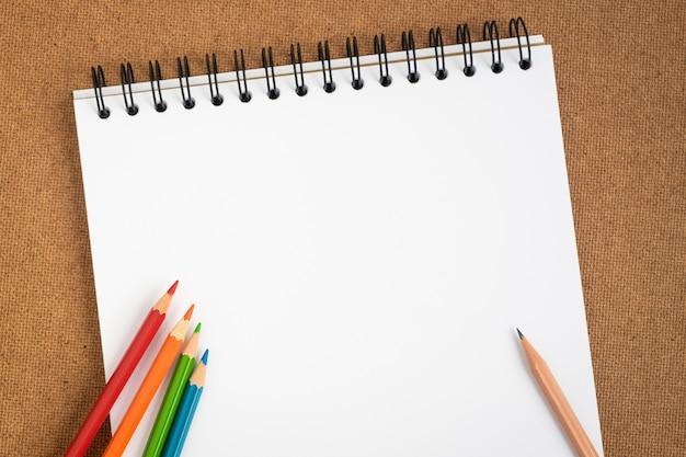 Carnet de croquis en spirale ouverte avec des crayons de couleur
