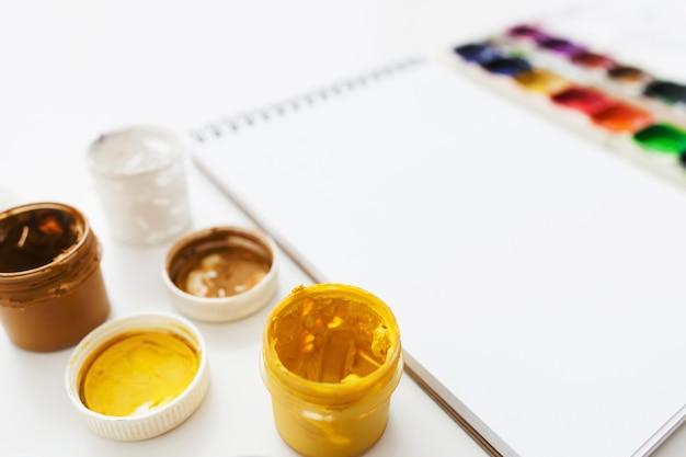 Carnet de croquis vierge avec gouache et colorant aquarelle