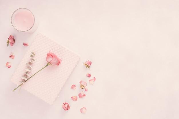 Carnet avec fleur rose et bougie