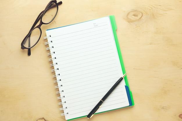 Carnet, lunettes et stylo