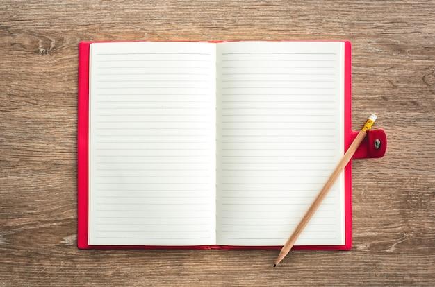 Carnet de notes flat lay top carnet de notes avec crayon sur fond de table en bois avec espace de copie