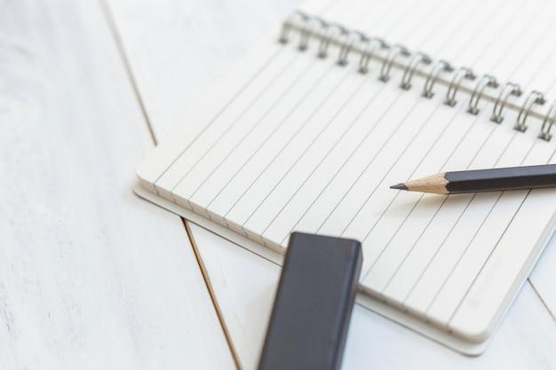 Carnet de notes et gomme à effacer sont des fournitures de bureau.