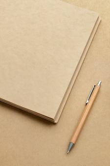 Carnet de notes en papier brun naturel avec un crayon
