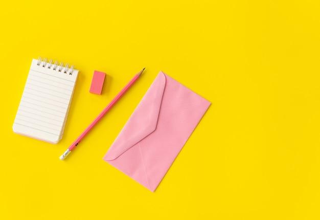 Carnet de notes pastel avec fleur rose et crayon