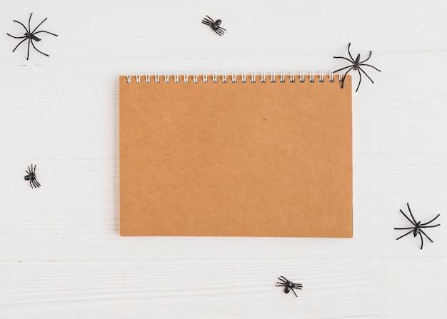 Carnet de notes près des araignées de décoration