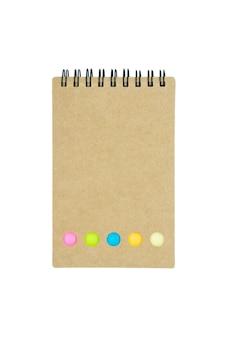 Carnet de notes, reliure à anneaux, papier vérifié isolé sur fond blanc.