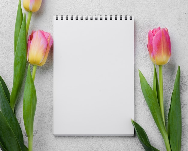 Carnet de notes avec des tulipes roses