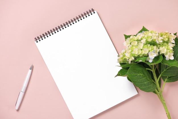 Carnet de notes vue de dessus et fleurs sur le bureau. pour le concept de planificateur de mariage