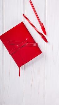 Carnet rouge avec stylo
