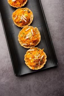 Carotte ou gajar halwa canape ou canapãâ© ou fusion tart, garni de fruits secs. dessert indien