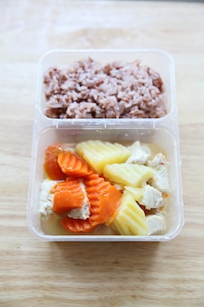 Carotte de poulet de pomme de terre de vapeur de nourriture propre avec du riz dans le bento