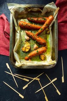 Carottes au four à l'ail sur papier ciré. gros plan, de, végétarien, kebab, nourriture, concept