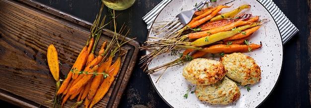 Carottes biologiques au four avec thym et escalope / viande de poulet aux boulettes de viande et courgettes. nourriture diététique. bannière.