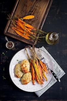 Carottes biologiques au four avec thym et escalope / viande de poulet aux boulettes de viande et courgettes. nourriture diététique.