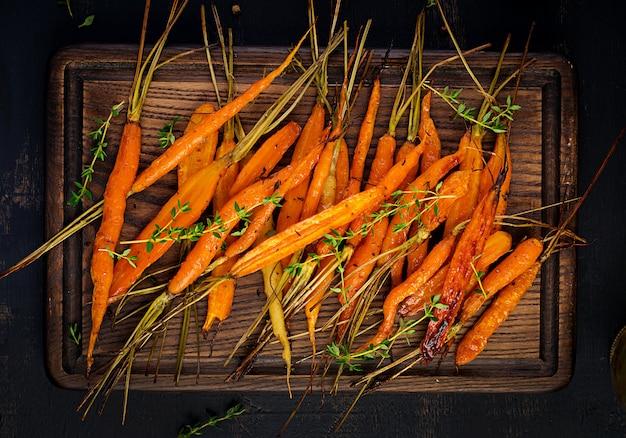 Carottes biologiques au four avec thym, miel et citron. nourriture végétalienne biologique.