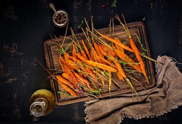 Carottes biologiques au four avec thym, miel et citron