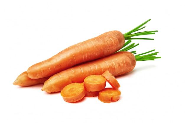 Carottes, carottes avec un dessus et feuilles isolées. carotte nature