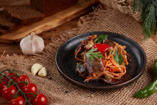 Carottes coréennes aux aubergines et mashrooms, en bois